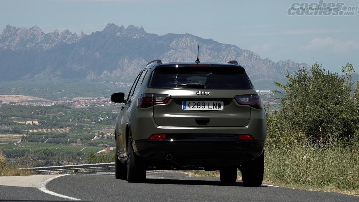 JEEP Compass 4x4 - Sur les routes rapides, il offre un bon équilibre, avec un réglage de suspension assez équilibré.