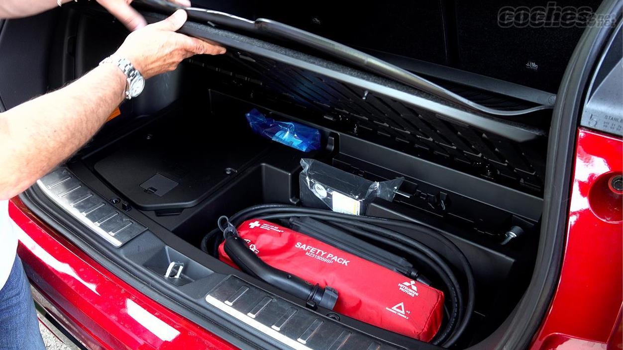 MITSUBISHI Eclipse Cross 4x4 - Le coffre dispose désormais de 404 litres par rapport aux 360 de son prédécesseur et dans le double fond, il intègre le câble de charge.