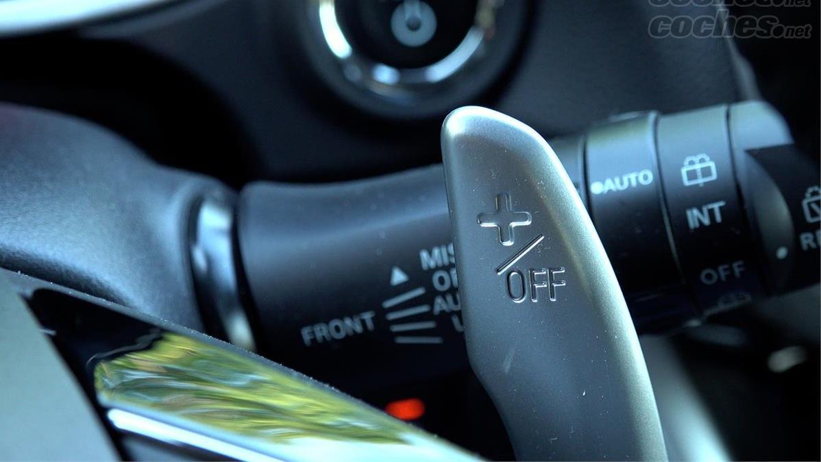 MITSUBISHI Eclipse Cross 4x4 - Les palettes sur le volant ne sont pas pour les vitesses, mais pour activer les cinq modes de freinage régénératif.