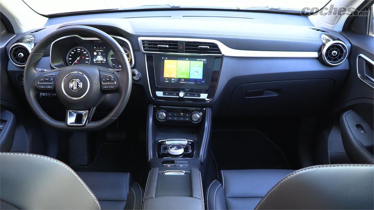 MG ZS EV - L'intérieur présente de bonnes qualités et un design agréable.  Le système d'infodivertissement est loin d'être le meilleur du marché, mais il est compatible avec Android Auto et CarPlay.