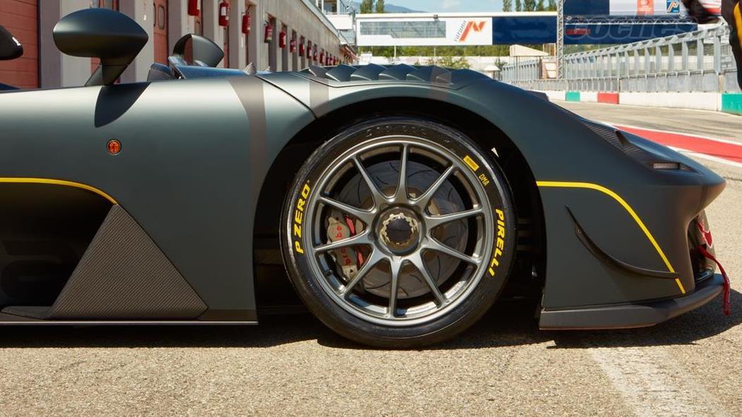 La Dallara Stradale EXP peut être équipée de pneus slick Pirelli P Zero Slick spécifiques à la piste qui ont été spécialement conçus pour elle.