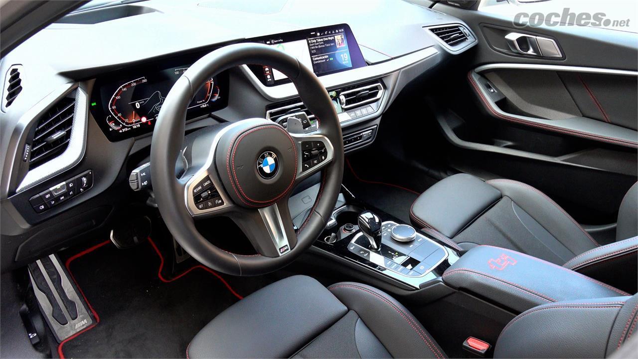 Berline BMW Série 1 - Le siège du conducteur présente de nombreux accents rouges et l'incontournable logo d'identification du modèle.