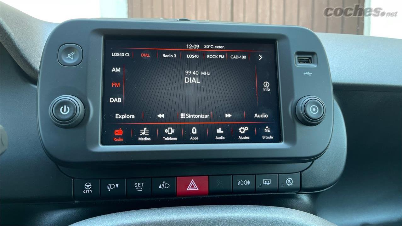 FIAT Panda Berlina - Le nouvel écran central est plus grand que le précédent et offre une interface plus complète.  Il n'a pas de navigateur, vous devrez donc utiliser les applications du téléphone.