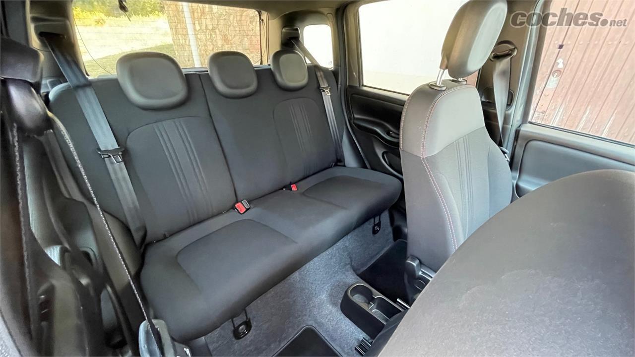 FIAT Panda Berlina - L'image des sièges arrière, prise avec un grand angle, peut être trompeuse.  Homologuée pour trois places, la banquette arrière est étroite.