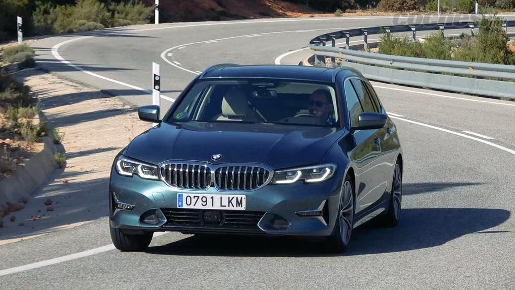 BMW Série 3 Break - Confortable sur autoroute et sur autoroute, la 320d xDrive est équipée de série d'une suspension souple.  Il existe une autre sportive et une autre pilotée en option.