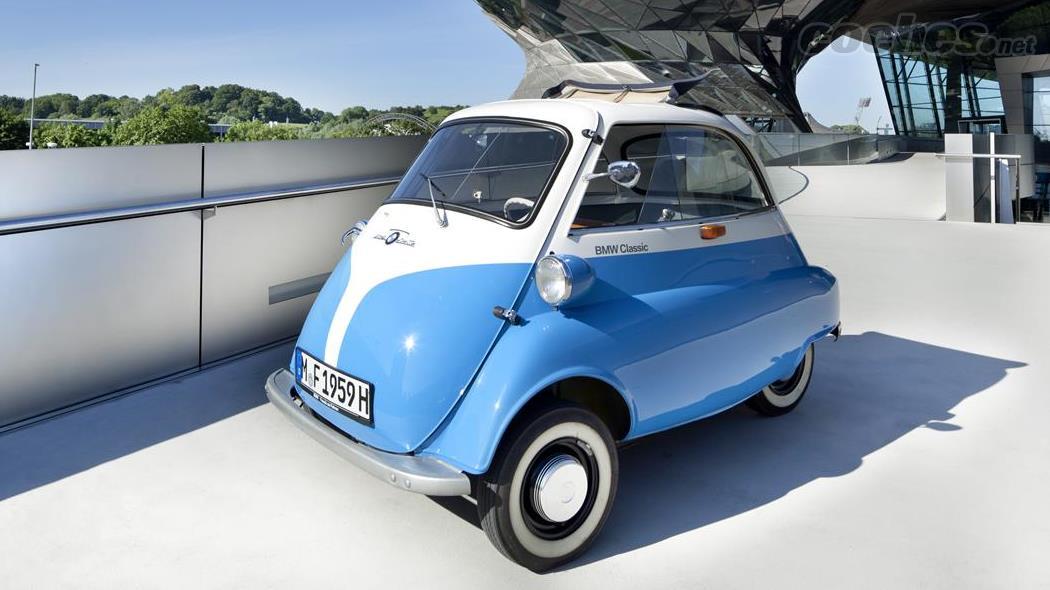 La BMW Isetta, anciennement Iso Isetta, reste aujourd'hui l'une des micro-voitures les plus célèbres de l'histoire.  Un modèle qui connut un grand succès commercial dans les années 50.