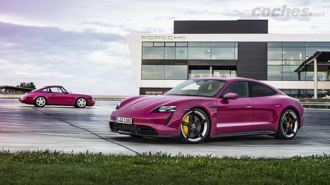 PORSCHE 911 - Une autre nouveauté du Taycan 2022 est la gamme de couleurs PTS.  Parmi lesquelles se distingue cette Rubystar inspirée de la célèbre couleur Rubystone Red de la Porsche 911 Carrera RS 964.