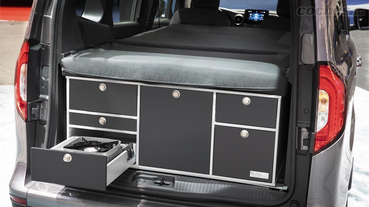 MERCEDES-BENZ Citan - En collaboration avec VanEssa, Mercedes-Benz a conçu des meubles modulaires qui pèsent environ 60 kilos et peuvent être installés et désinstallés dans le coffre du Citan.