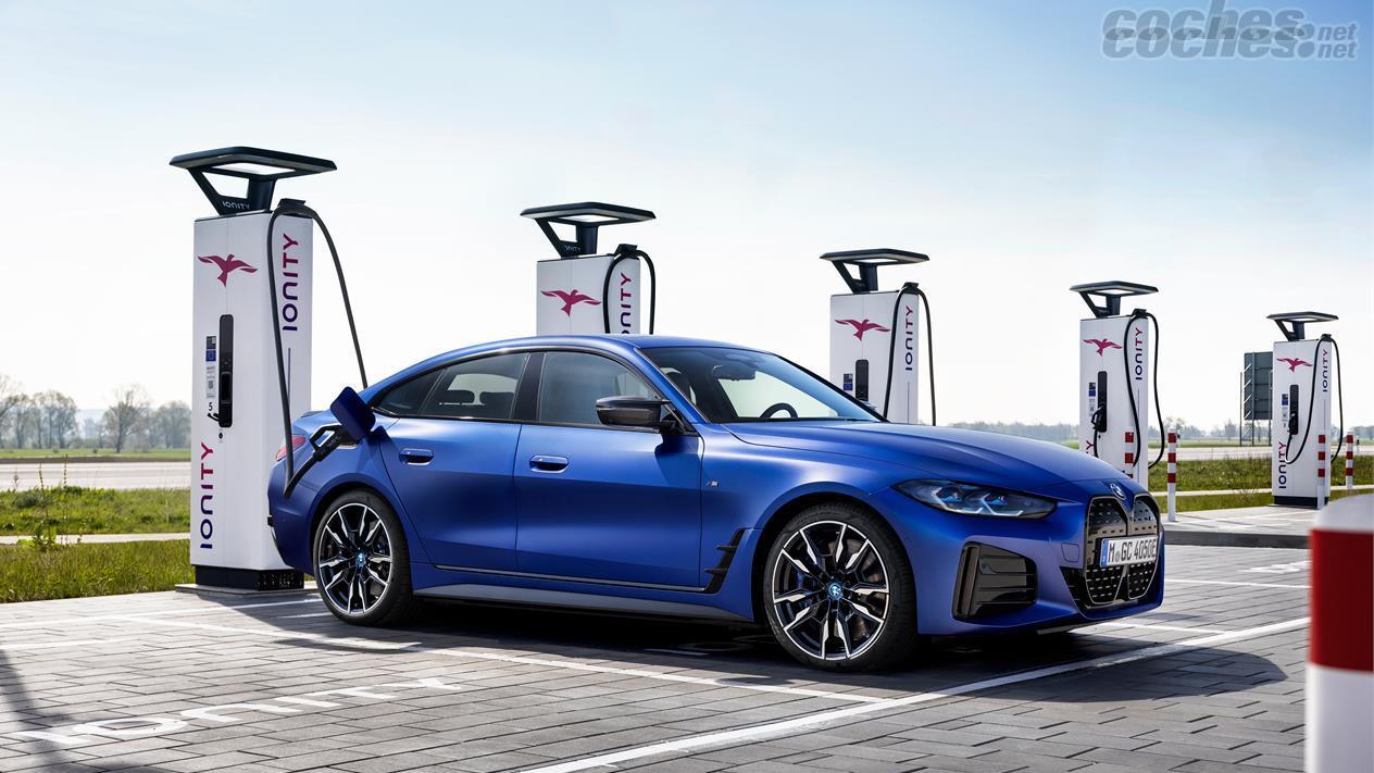 BMW i4 - L'autonomie de la BMW i4 M50 peut atteindre 510 kilomètres.  Sa batterie prend en charge la recharge dans des bornes de 200 KW.