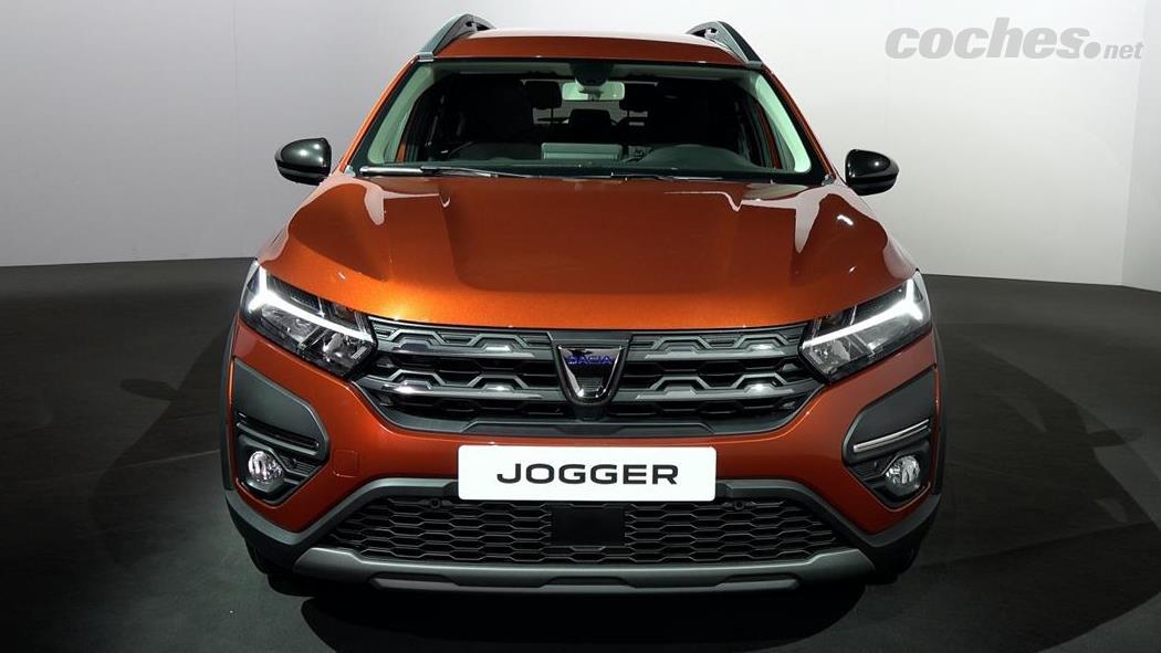 DACIA Dokker - Le Dacia Jogger conserve l'identité visuelle de l'entreprise avec le feu diurne à LED en forme de Y.