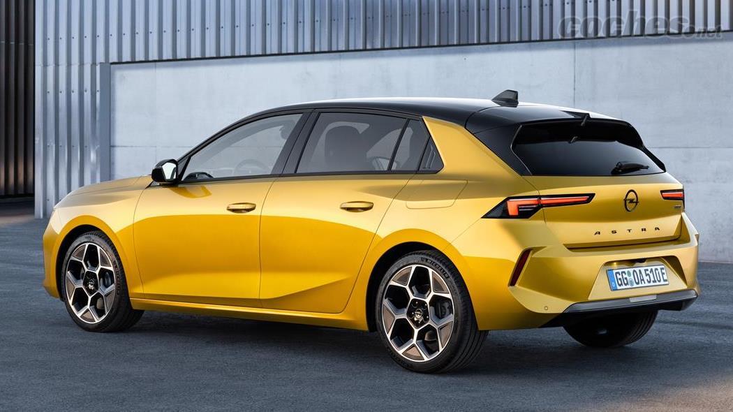 OPEL Astra - Les lignes latérales et arrière sont très anguleuses, suivant le style des dernières Opels.