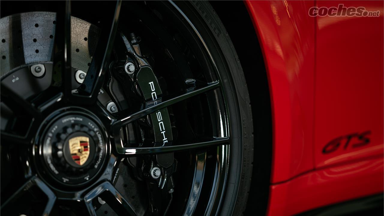 PORSCHE 911 - En option, vous pouvez monter des freins en céramique.  Bien entendu, ses étriers sont à 6 pistons au lieu de 10 pistons comme c'est le cas du Turbo S.