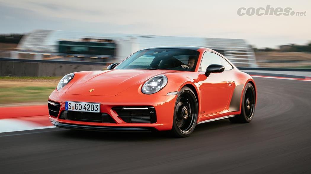 PORSCHE 911 - Sur la piste, j'ai testé une 911 Carrera 4 GTS avec une boîte de vitesses PDK à 8 vitesses dans cette sensationnelle couleur Lava Orange.