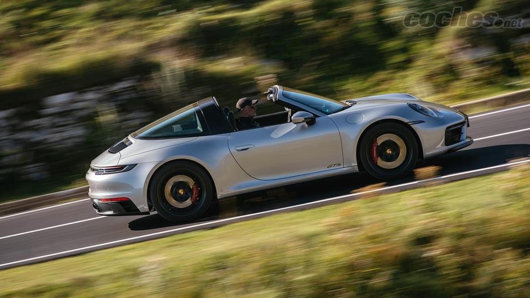 PORSCHE 911 - C'est une joie que des voitures comme la 911 Targa continuent d'exister aujourd'hui avec près de 500 ch, avec un design rétro et une transmission manuelle.