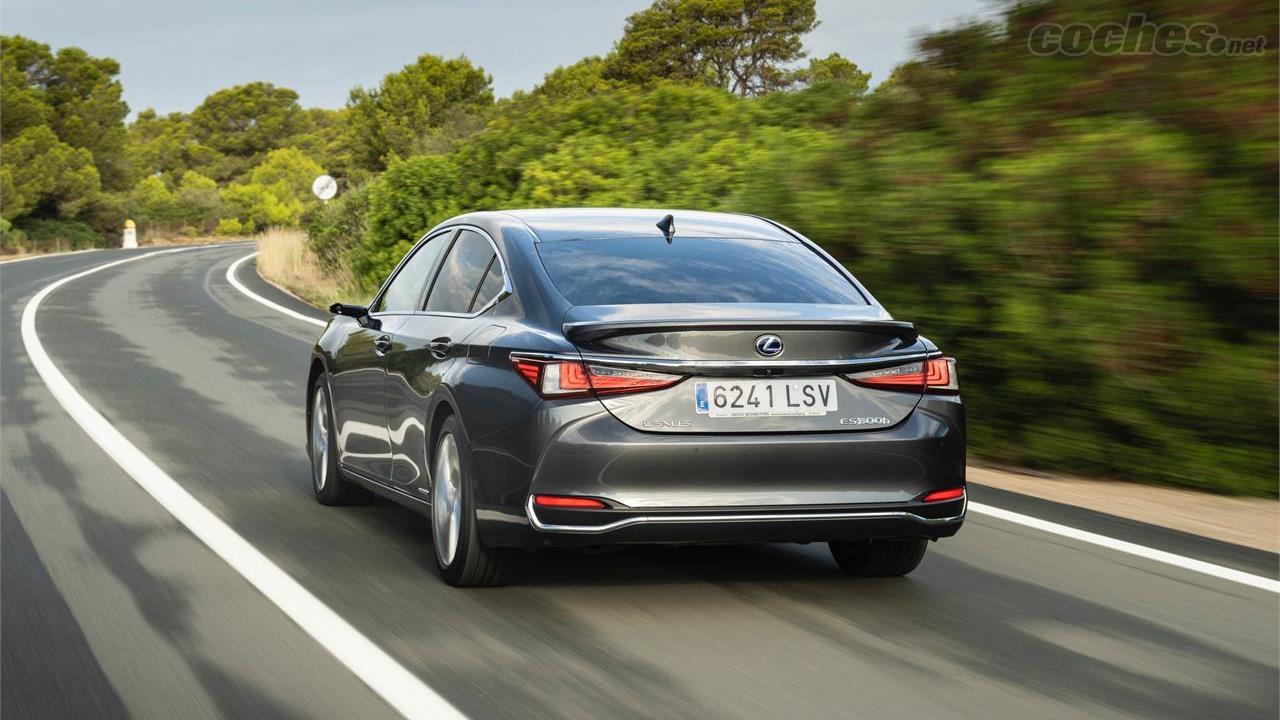 LEXUS ES - Cette berline intermédiaire continue d'offrir une conduite précise et agréable.  Dommage que la transmission CVT transmet le bruit du moteur à chaque accélération.