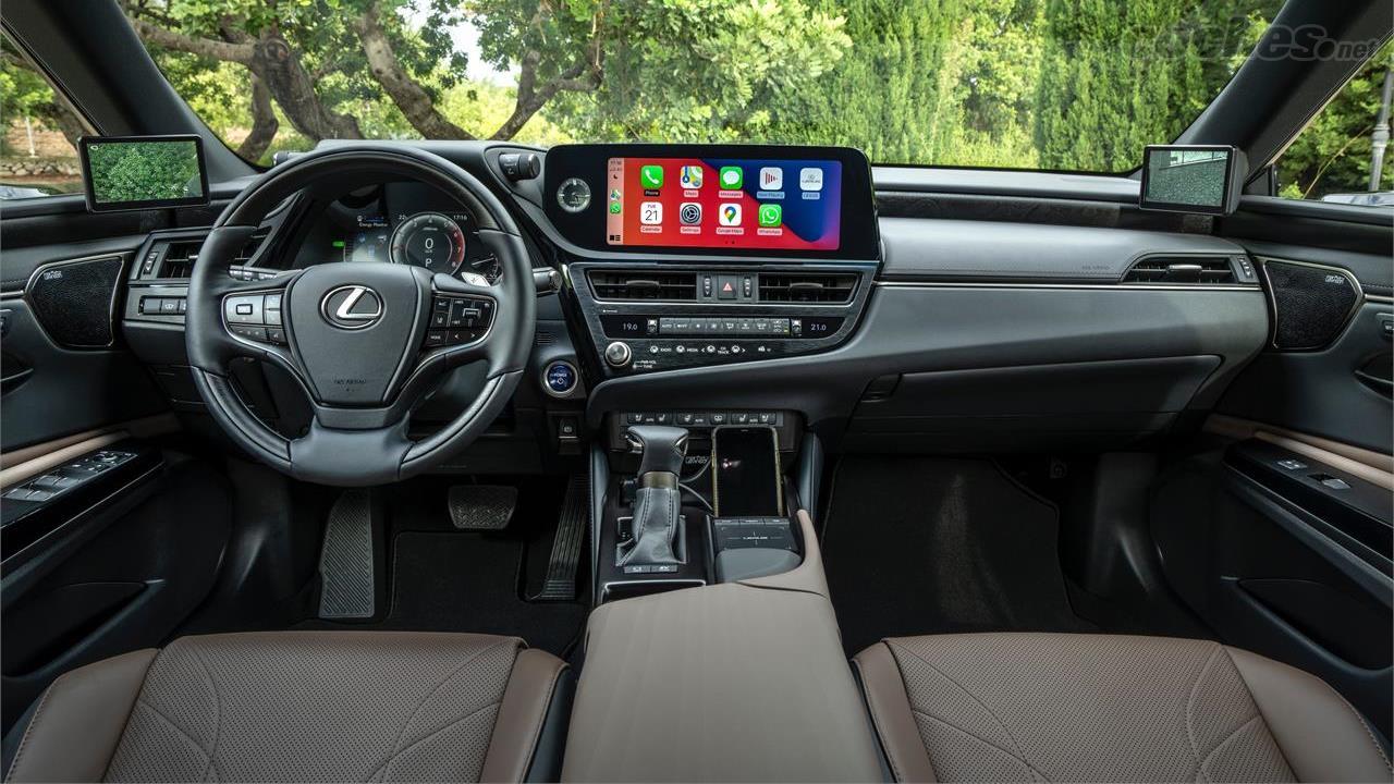 LEXUS ES - La partie qui abrite l'écran central et ses boutons de commande a été tournée vers le conducteur, améliorant ainsi son ergonomie.