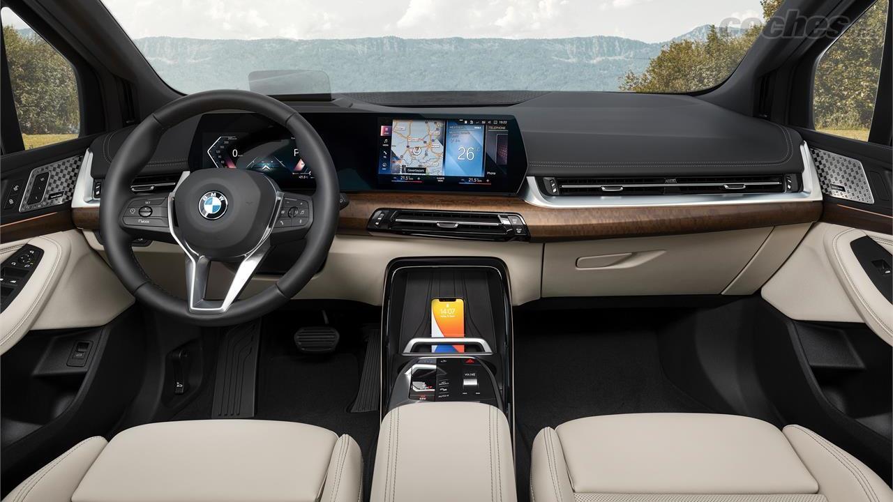 BMW Série 2 Active Tourer - BMW adopte pour la nouvelle Série 2 Active Tourer 2022 le tableau de bord avec deux grands écrans de style Mercedes, également présents sur les modèles Hyundai et Kia.