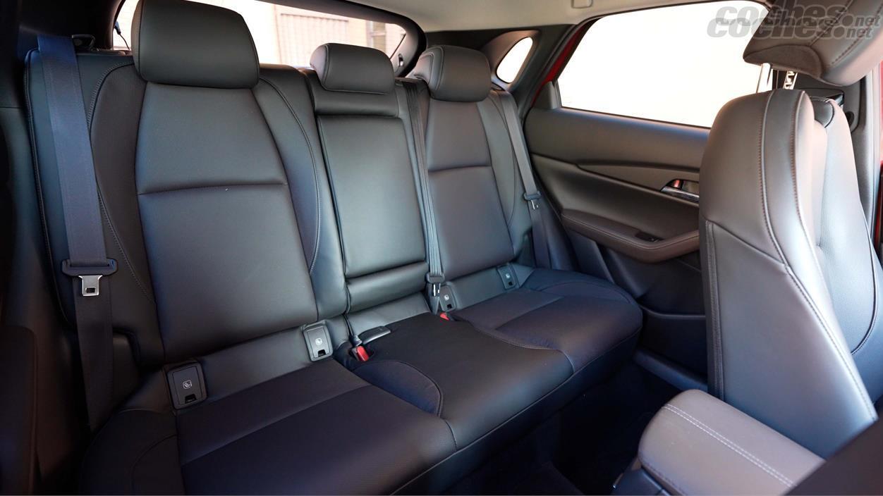 MAZDA CX30 - Les sièges arrière sont confortables mais ils ne sont pas les plus larges pour les jambes.  Par contre, la hauteur sous plafond est bonne.