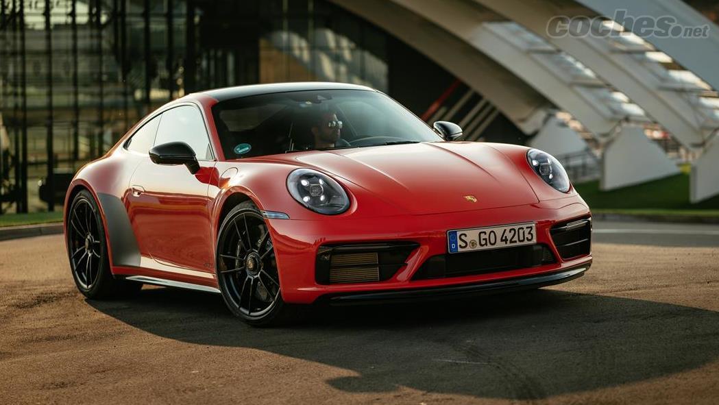 PORSCHE 911 - La Porsche 911 Carrera GTS se situe à mi-chemin entre une Carrera S et une Turbo.  Avec plus d'équipement et de meilleures fonctionnalités que le premier.