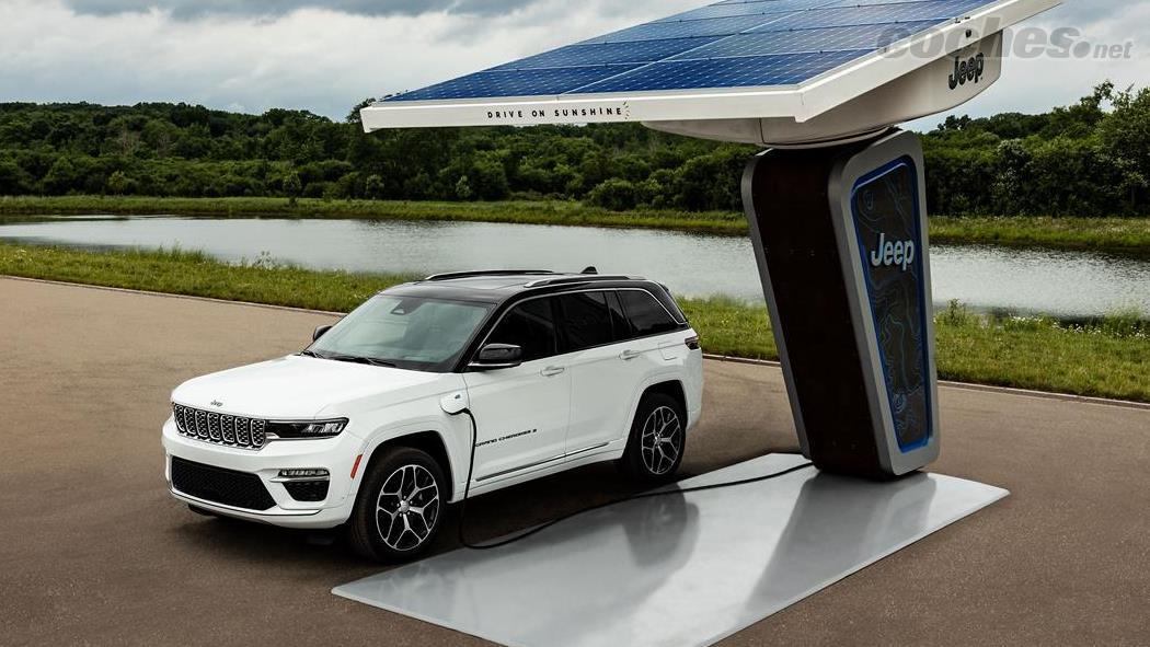 JEEP Grand Cherokee - Avec une batterie de 17,3 kWh, il pourrait parcourir environ 40 km en mode 100 % électrique.  Il ne sera disponible qu'en version 5 places.