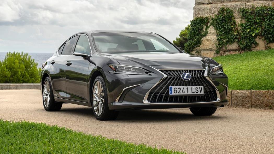 LEXUS ES - Lexus a légèrement modifié l'image frontale de sa berline moyenne ;  mais les changements les plus remarquables sont à l'intérieur.